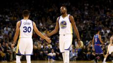les-stars-de-golden-state-stephen-curry-et-kevin-durant-face-aux-new-york-knicks-le-15-decembre-2016-a-oakland_5765511