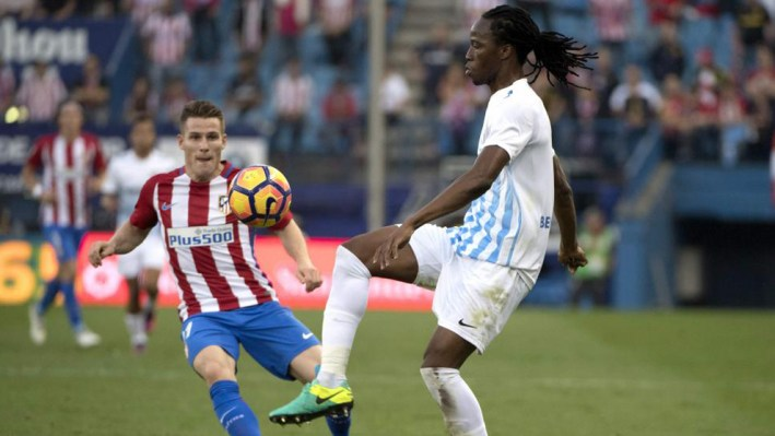Malaga's Burkina Faso defender Bakary Kone (R) vies with Atletico Madrid's French forward Kevin Gameiro during the Spanish league football match between Club Atletico de Madrid and Malaga CF at the Vicente Calderon stadium in Madrid on October 29, 2016. / AFP PHOTO / CURTO DE LA TORRE