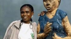 Sarah Etonge avec la statue qui la représente