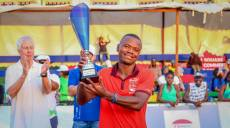 Indondo soulève le trophée du vainqueur