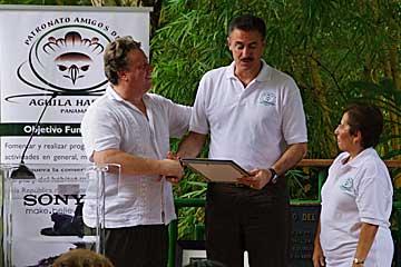Ron Magill Metrozoo de Miami en conferencia de prensa en el Parque Municipal Summit con Richard Fairest presidente de Sony Inter American y del Patronato Amigos del Águila Harpía y su directora ejecutiva Consuelo de Cambra.