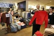 بالفيديو .. أوباما يشتري هدايا لزوجته وابنتيه من متجر معتدل