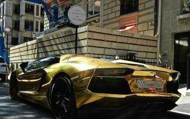 بالصور لامبورجيني ذهبية تتجول في باريس