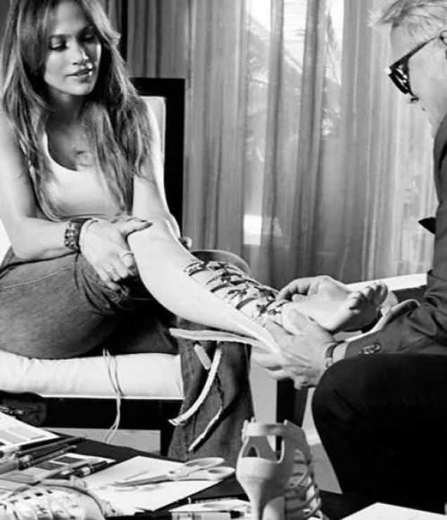 احذية جينفر لوبيز الخاصة بها