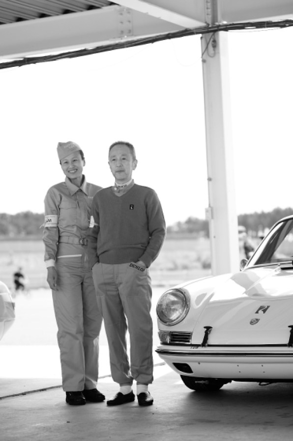 Tetsu Ikuzawa and his wife pose with the team Porsche