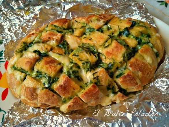 Hogaza de pan con ajo, perejil y queso