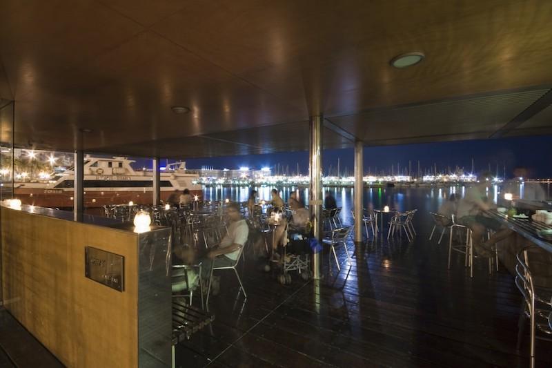 Cafetería en marina deportiva. Fachada marítima de Alicante
