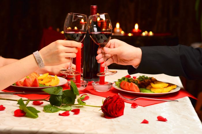 26435715 - toast at a romantic dinner