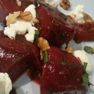 Home grown balsamic glazed beetroots w/goats cheese, walnuts and tarragon. #everyfuckingnight #fancylike <- total showpony