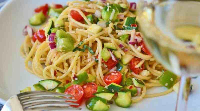 Nudelsalat mit Gemüse und Weißwein