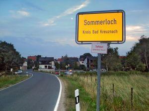 Foto eines Sommerloch-Stadtschilds