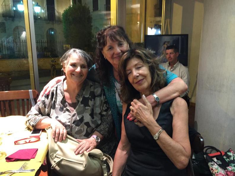 Anna Cafarelli (al centro), con la sorella e Elisabetta Mancinelli