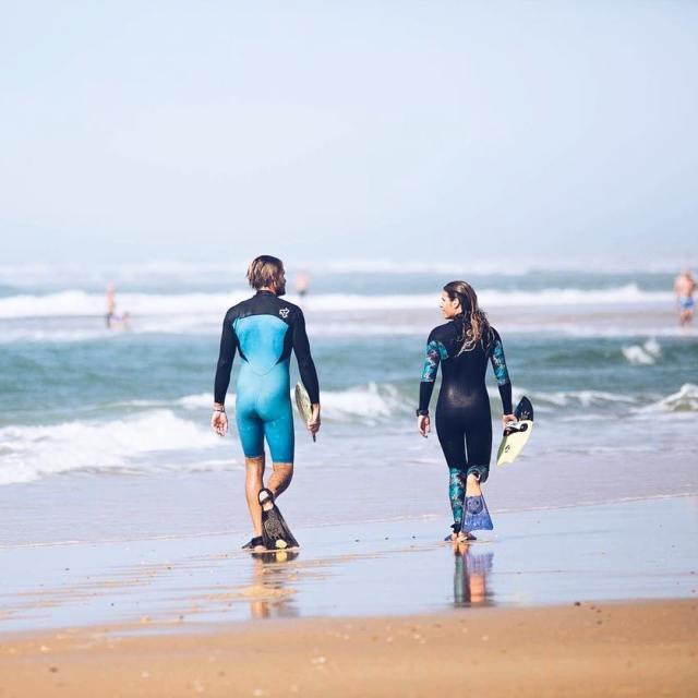 Marcher avec des palmes sur le sable mouill cest pashellip