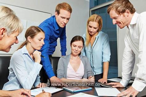 Business Team bei Planung der Finanzen mit Tablet PC am Tisch