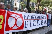 MÉXICO D. F., 16FEBRERO2015.- Ahorradores defraudados del FICREA, se manifestaron frente a las instalaciones de la PGR, donde una comisón ingreso para mostrar documentos que comprueban que sus inversiones fueron malversadas. FOTO: SAÚL LÓPEZ /CUARTOSCURO.COM