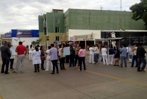 Marchan y bloquean crucero trabajadores del Hospital Civil en Oaxaca
