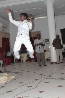 بالصورة:الفنان صلاح ولي يقفز في إحدي حفلاته علي طريقة الممثل جاكي شان