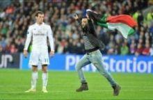 مشجع يقتحم مباراة الريال وإشبيلية حاملا علم فلسطين
