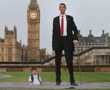بالفيديو: لندن تجمع بين أطول وأقصر رجلين في العالم