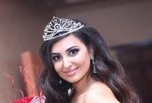 بالصور ..ملكة جمال العراق تتحدى الحرب