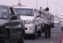 السِريّحة.. بحثاً عن لقمة حلال الجري بين السيارات ومسابقة إشارات المرور