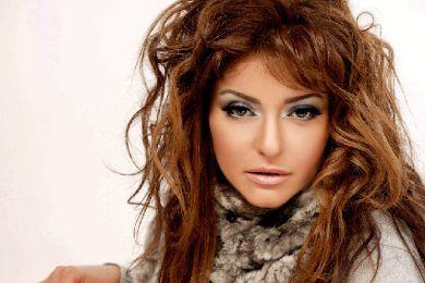 صور: علا غانم تثير استياء جمهورها بسبب فستانها المكشوف وتسريحة شعرها الغريبة