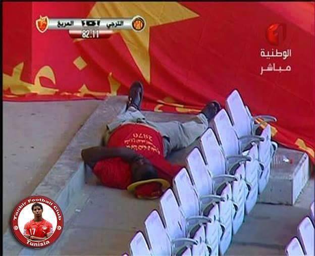مشجع مريخي يفقد أعصابه أثناء مباراة الترجي