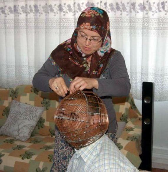 تركي يحبس رأسه داخل قفص حديدي ويعطي مفتاحه لزوجته  %D8%B5%D9%88%D8%B1-%D8%AA%D9%88%D9%8A%D8%AA%D8%B1-812