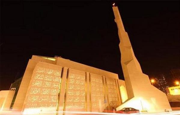 مسجد مغطى بأسماء الله الحسنى