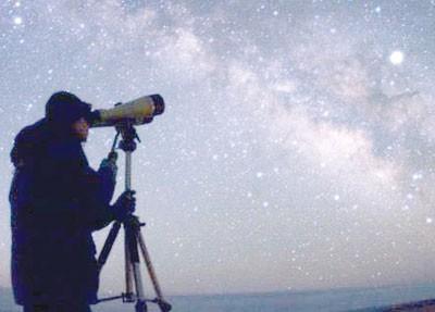 ينظر إلى السماء