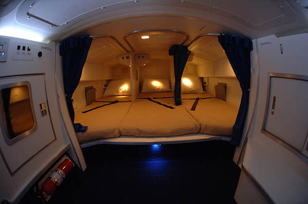 زياده في معلوماتك...بالصور: غرف نوم سرية حيث تنام المضيفات على الرحلات الطويلة %D8%BA%D8%B1%D9%81-%D9%86%D9%88%D9%85-%D8%A7%D9%84%D9%85%D8%B6%D9%8A%D9%81%D8%A7%D8%AA