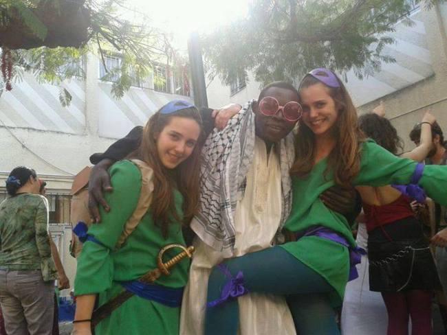 """صور.. الممثل السوداني """"خميس الشيخ"""" الذي يعيش في اسرائيل، يدافع عن نفسه: والله لم ولن اعتنق اليهودية %D8%AE%D9%85%D9%8A%D8%B3-%D8%A7%D9%84%D8%B4%D9%8A%D8%AE1"""