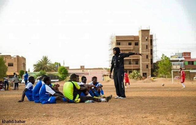 صور سيدة سودانية تدرب فريق كرة قدم رجالي بامدرمان تشعل فيسبوك %D8%B3%D9%84%D9%85%D9%89-%D8%A7%D9%84%D9%85%D8%A7%D8%AC%D8%AF%D9%8A6