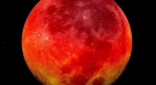 قمر الدم العملاق