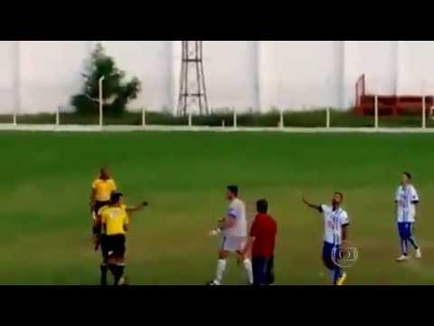 بالفيديو: حكم برازيلي يشهر مسدسه في وجه اللاعبين