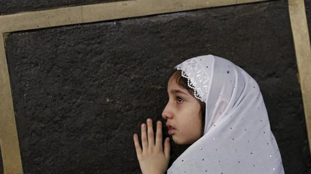 طفلة تتعلق بأسوار الكعبة في مشهد تقشعر له الأبدان
