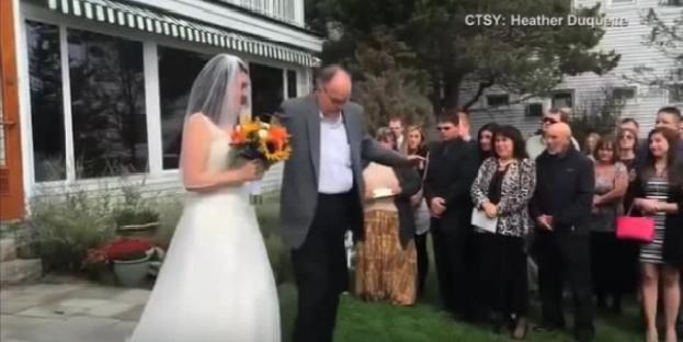 أب يحقق معجزة في حفل زفاف ابنته