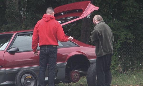 مساعدة رجل تعطلت سيارته
