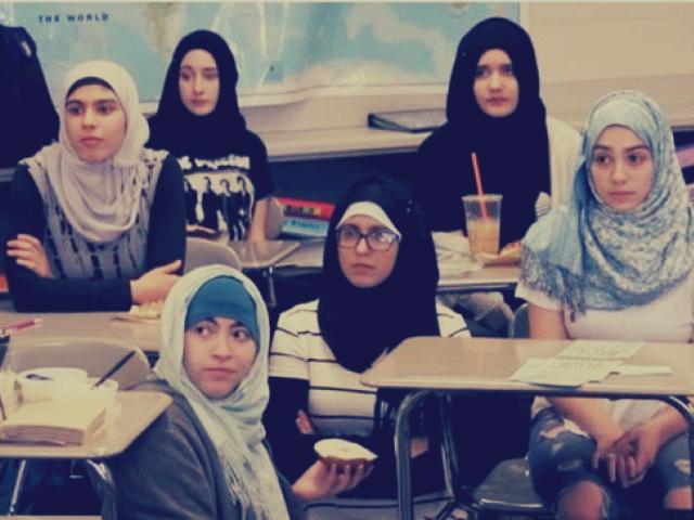 طالبات أمريكيات يرتدين الحجاب تضامنا مع المسلمات