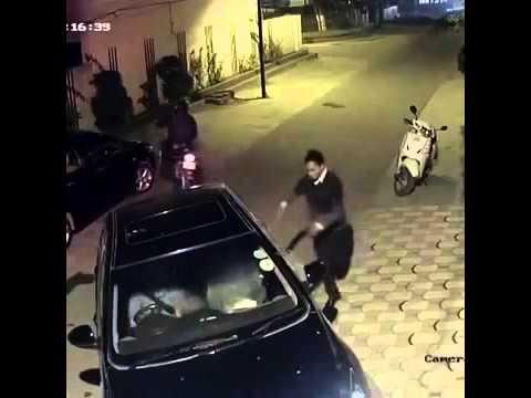 شاهد: ماذا فعل لصان بفتاة تقود سيارتها ليلًا