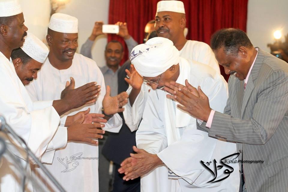 """حاكم الخرطوم """"يرقص"""" علي أنغام """"الطمبور"""" بمزاج عالي"""