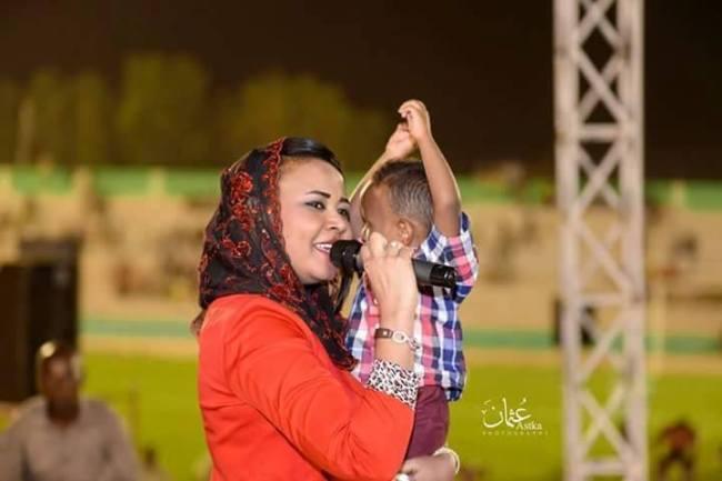 الفنانة مكارم بشير تحتضن أطفال الجزيرة