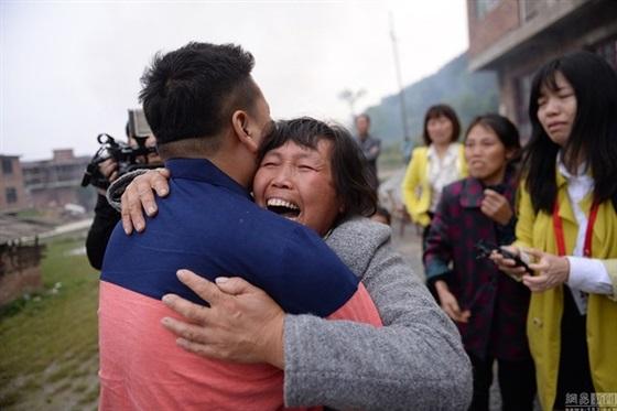 أم تعثر على ابنها بعد اختطافه 22 عاما
