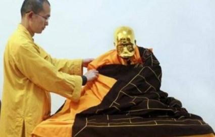 تحنيط راهب بوزي بالذهب