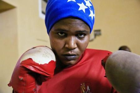 سودانية تمارس رياضة الملاكمة في ام درمان يوم 10 مايو أيار 2016. تصوير: محمد نور الدين عبدالله - رويترز