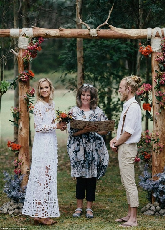 عروسان يقيمان حفل زفاف عضوي بالكامل