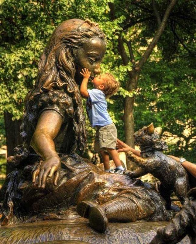 أطرف ردود أفعال الأطفال عند مشاهدة تماثيل بشرية2