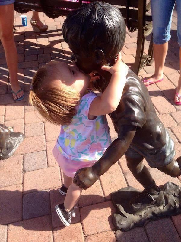 أطرف ردود أفعال الأطفال عند مشاهدة تماثيل بشرية3