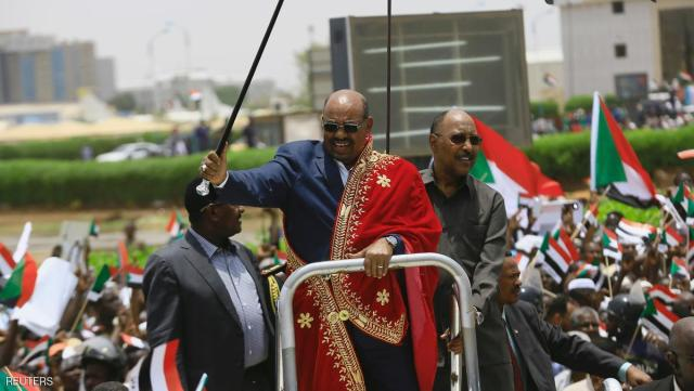 Sudan's President Omar al-Bashir waves to supporters during a rally against the International Criminal Court (ICC), after arriving from Ethiopia, at Khartoum Airport in Sudan, July 30, 2016. REUTERS/Mohamed Nureldin Abdallah