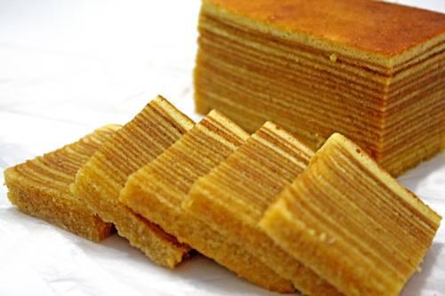 تناول كعك مكون من ألف طبقة في أندونيسيا